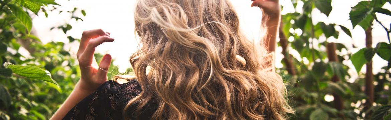 Každý může mít krásné vlasy. Jakou vlasovou péči vybrat?