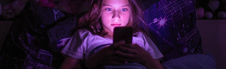 Chraňte svůj zrak i zrak vašich dětí. Pozor na modré světlo z telefonů