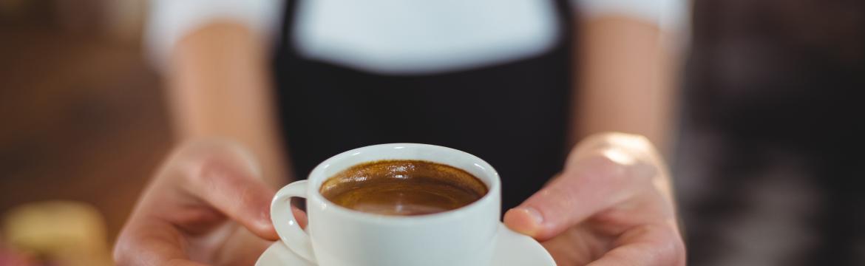 Kolik šálků kávy denně je bez rizika a opravdu káva s mlékem škodí zdraví?
