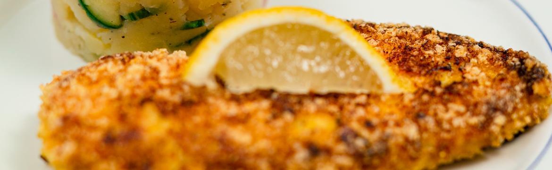 Křupavé kuřecí řízečky s lehkým bramborovým salátem