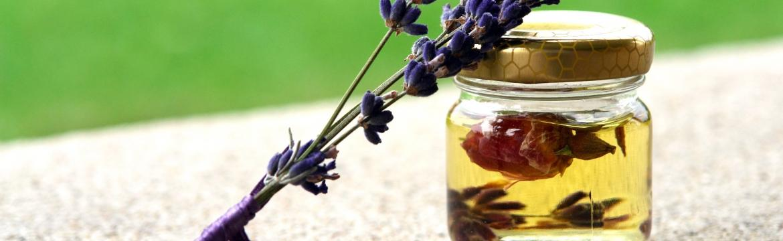 Vůně levandule jako odpouzovač šatních molů. Jak si vyrobit domácí levandulový olej?