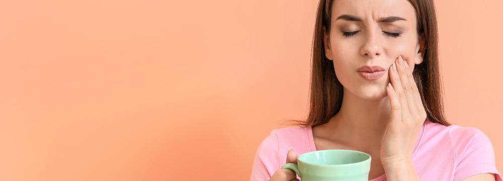 Máte citlivé zuby? Připravte si trojboj z bylinek a vhodné pasty
