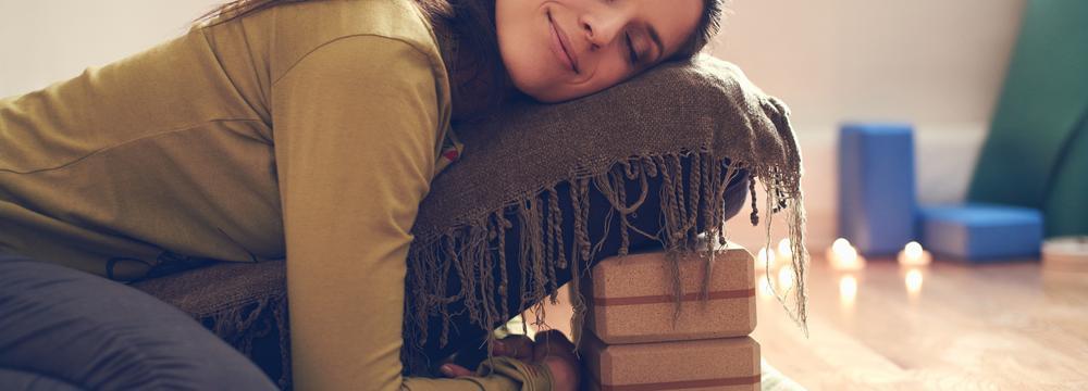 Restorativní jóga nabízí hluboký odpočinek v krátkém čase. Najděte harmonii v zastavení se
