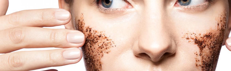 Domácí kosmetika za pár korun: olejový odličovač a kávový peeling