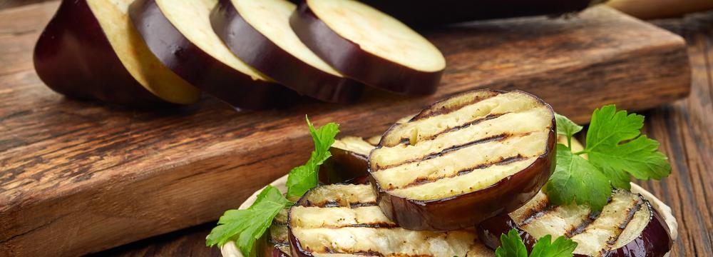Lilek vejcoplodý: K čemu je dobrý a jak s ním nakládat v kuchyni?