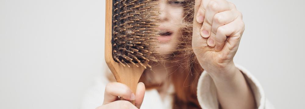 Šťáva z cibule a další babské rady, jak zpomalit nebo zabránit vypadávání vlasů