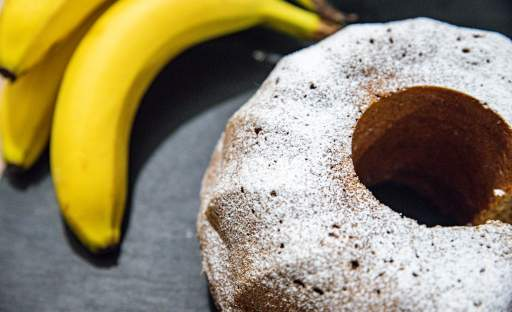 Vláčná bábovka s banány a kokosem