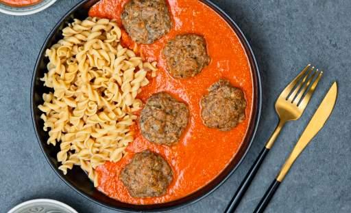 Koule z krůtího masa s omáčkou z pečených paprik