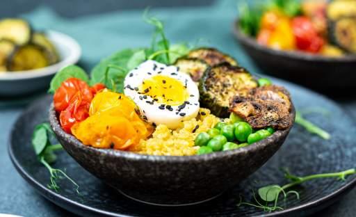 Quinoa s pečenou zeleninou a medvědím česnekem