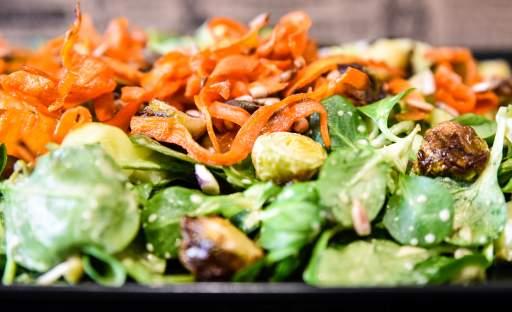 Salát s růžičkovou kapustou a mrkvovým chipsem