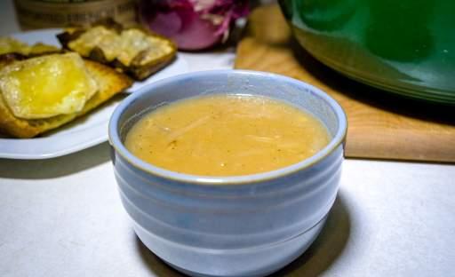 Hustá cibulová polévka