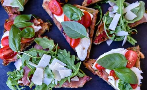 Cuketová pizza s mozzarellou a bazalkou