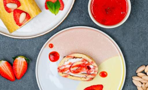 Mandlová roláda s krémovým sýrem a jahodovým přelivem