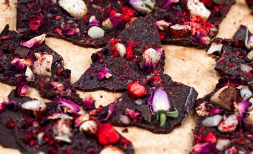 Hořká čokoláda s lyofilizovaným ovocem a jedlými květy
