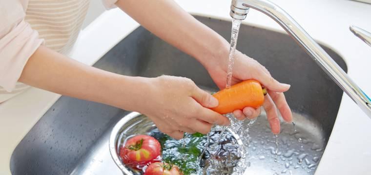 Víte, jak správně umývat ovoce a zeleninu a zbavit ji tak chemie? Pouhá voda nestačí!