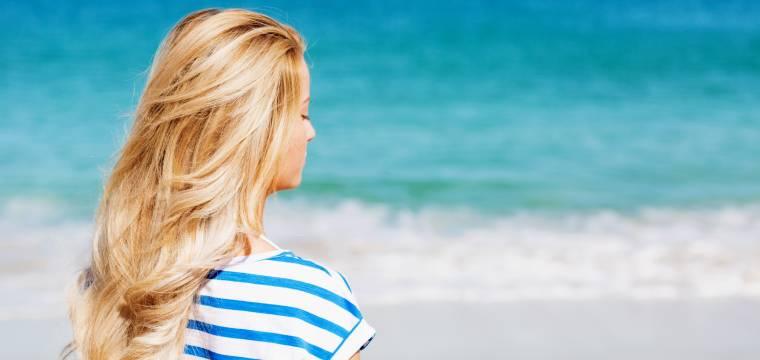 Jak pečovat o vlasy, aby přežily letní sezónu ve zdraví?
