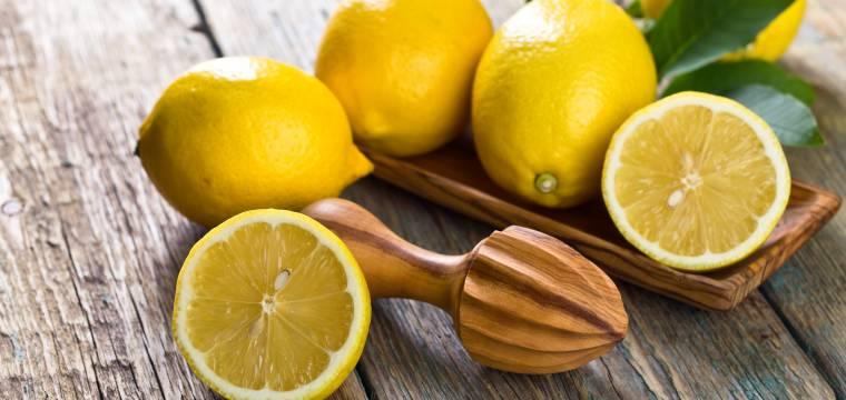 Úskalí tolik propagované vody s citrónem. Jak ji pít, aby byla opravdu prospěšná?