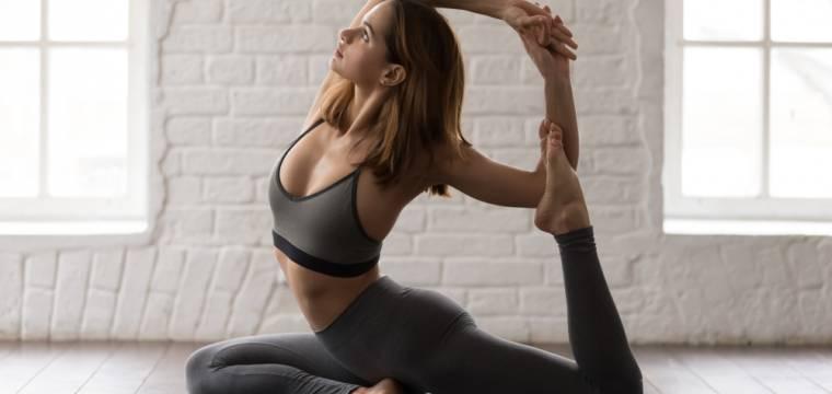 9 základních pozic jógy, které si můžete zacvičit doma