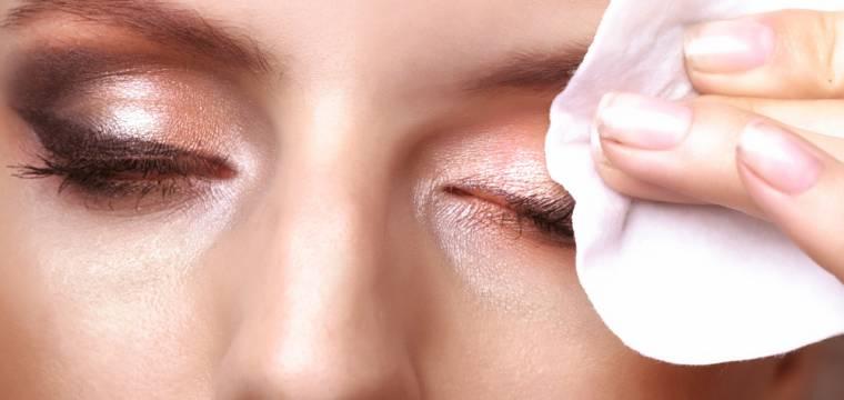 Jak správně odlíčit oči? Vyrobte si vlastní odličovač působící proti vráskám
