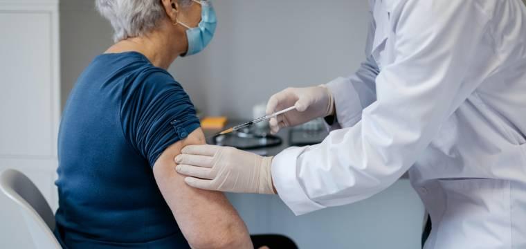Vakcína proti chřipce prý může částečně ochránit i před covidem-19, tvrdí vědci