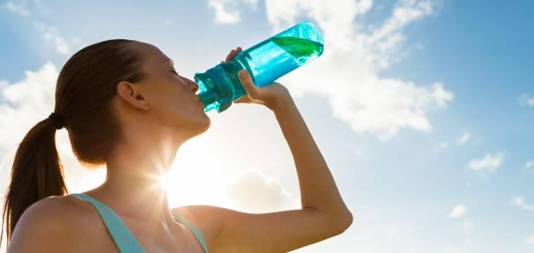 Hydratace jako letní téma: co, kdy a kolik pít během teplých měsíců