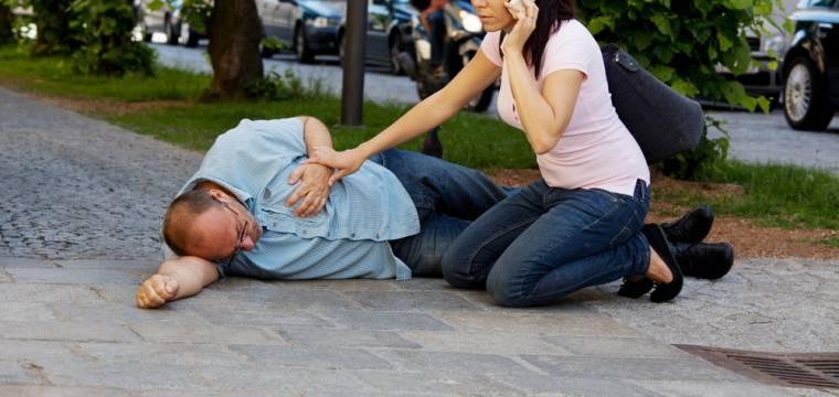 4 kroky základní první pomoci: Co vědět, abyste pomohli a neublížili?