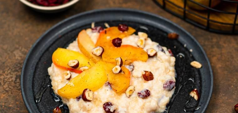 Krémová rýžová kaše s ovocem a ořechy
