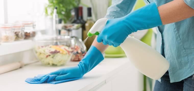 Jarní úklid bez chemie. Jak může pomoci cibule, olivový olej nebo černý čaj?