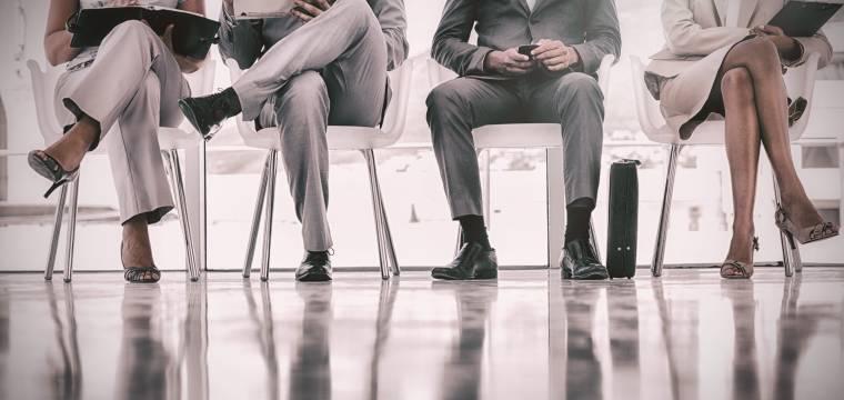 Proč byste si při sezení neměli dávat nohu přes nohu?
