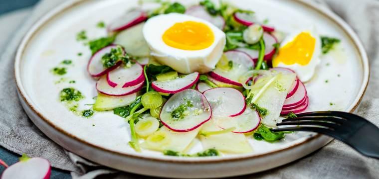 Ředkvičkový salát s hráškovými výhonky a vejcem