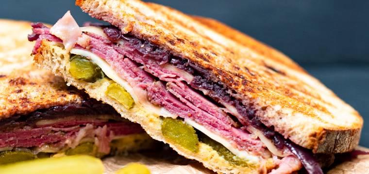 Hovězí pastrami sendvič s opečenou cibulkou
