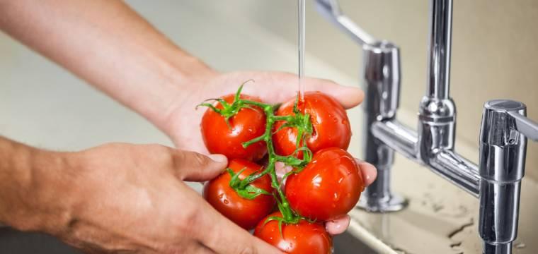 Hygiena potravin: Jak bezpečně zavařovat, které plody oloupat a kde určitě nekupovat ovoce?
