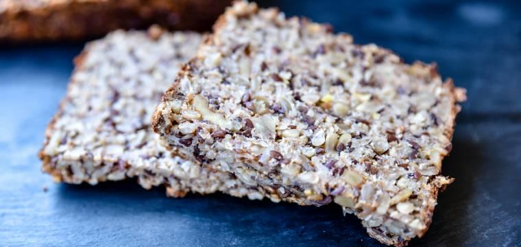 Domácí semínkový chléb s tvarohovou pomazánkou