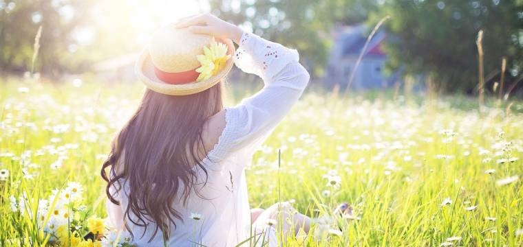 Slunce a jeho účinky: Proč se v létě cítíme šťastnější?