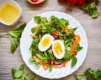 Svěží jarní salát s vejcem a polníčkem