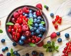 Patří k nejzdravějším druhům ovoce a hrají všemi barvami. Jejich sezóna právě vrcholí!
